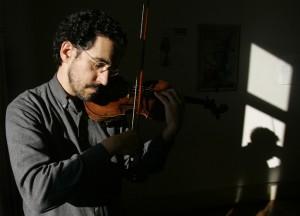 O violinista Luis Pacheco Cunha em entrevista à Agência Lusa, no Conservatório Nacional, Fevereiro 2009, em Lisboa. (ACOMPANHA TEXTO) MARIO CRUZ/LUSA